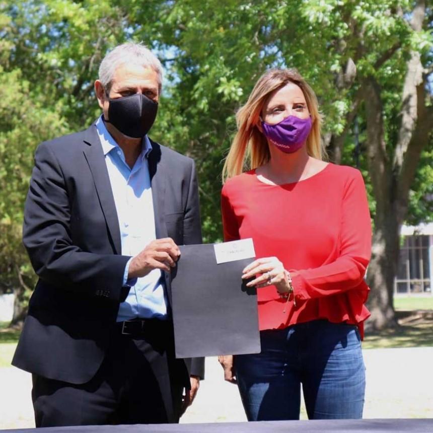 LA INTENDENTA DE CAÑUELAS, MARISA FASSI, FIRMÓ UN CONVENIO PARA LA CONSTRUCCIÓN DE 450 VIVIENDAS