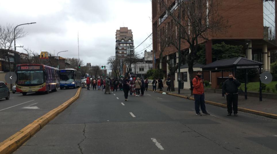 LOS VECINOS DE LA CALLE URUGUAY DE SAN ISIDRO VOLVIERON A MARCHAR A LA MUNICIPALIDAD CANSADOS DE LOS NARCOS